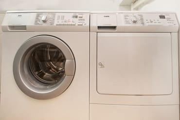 Waschmaschine u. Trockner (gegen Gebühr)