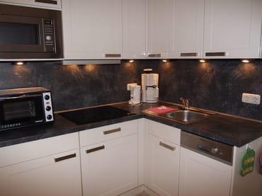 moderner Küchenbereich (voll ausgestattet)
