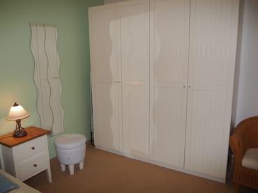 Schlafzimmer mit großem Schrank und Spiegel