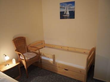 Schlafzimmer mit Kinder/Jugendbett 1,80 m Lang