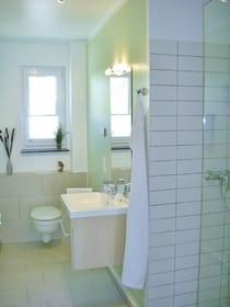 Bad mit WC und bodengleicher großer Dusche