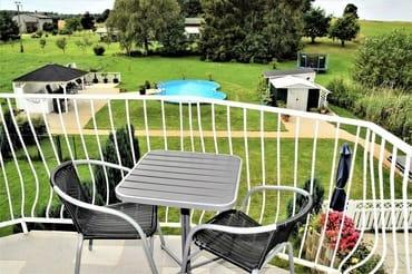 Balkon mit Poolblick