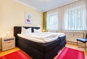 Schlafzimmer mit Doppelbett, Flat-TV, Stereoanlage und Kleiderschrank