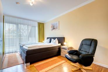 Schlafzimmer 1 mit Doppelbett und Zugang auf die Dachterrasse