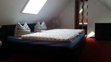 Hauptschlafzimmer mit begehbarem Kleiderschrank