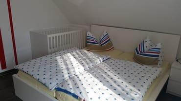 zweites Schlafzimmer mit Kinderbett