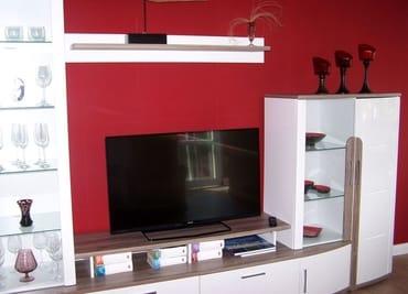 Das Wohnzimmer mit Fernseher, Radio und DVD ausgestattet