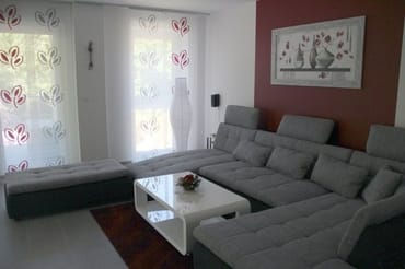 Wohnzimmer mit Schlafcouch und Flachbild-Fernseher 48 Zoll, DVD-Blu-ray