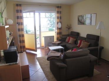 Wohnzimmer mit Sitzbereich und TV
