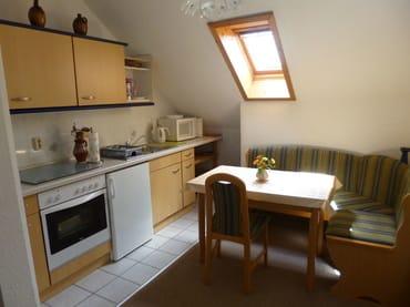 voll ausgestattete Küche mit Backofen, Kaffeemaschine, Mikrowelle und Wasserkocher