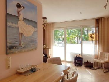 Wohnzimmer hat  bodentiefe Fenster und elektrische Aussenrollos. Von  hier haben Sie einen direkten Zugang zur Terrasse.