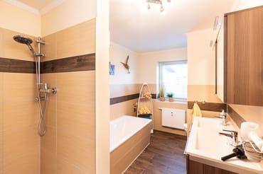 Das Badezimmer -mit Dusche u. Badewanne sowie einem Doppelwaschtisch runden den Urlaubskomfort dieses Appartements ab. Ein Stellplatz direkt am Haus steht Ihnen kostenfrei während Ihres Aufenthaltes.