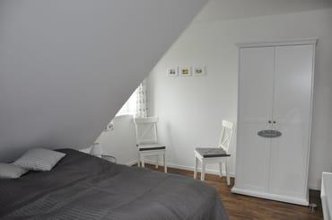 Schlafzimmer im Obergeschoss mit Doppelbett (Graues Zimmer)