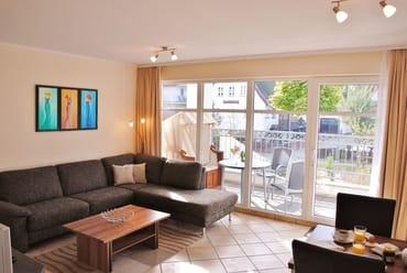 lichtdurchfluteter Wohnraum mit Balkon