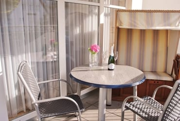 sonniger Balkon mit Strandkorb