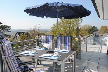 Terrasse von der Küche, mit großem Sonnenschirm und Sitzgelegenheit für 4 Personen, um schöne gemütliche Abende im Freien zu genießen