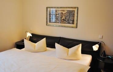 Schlafzimmer mit gr. Doppelbett und großem Kleiderschrank