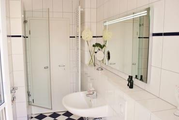 helles Bad mit Dusche und Wanne