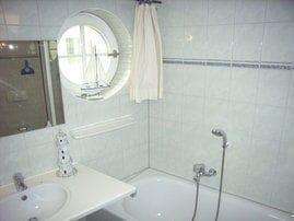 Badezimmer mit Badewanne u. separater Dusche
