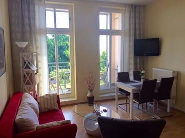 Wohnzimmer mit Couch u. Essecke
