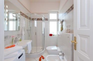Das Badezimmer ist mit Dusche, WC, Bidet und Waschmaschine ausgestattet. Ein Münz-Wäschetrockner befindet sich im Haus.
