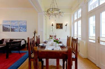 ... Flat TV und Esstisch für 6 Personen lädt zu entspannten Urlaubstagen an der Ostsee ein.