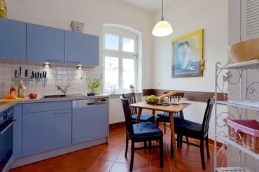 Die separate Küche mit Ceran Herd, Backofen, Spülmaschine, Mikrowelle, Kaffeemaschine, Toaster...