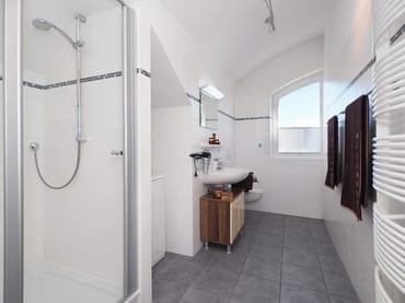 Bad mit Dusche & Waschmaschine