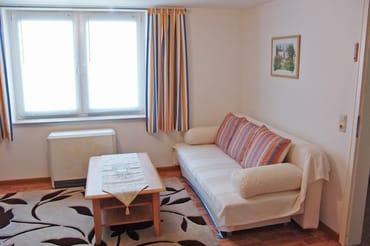 Der Wohnraum mit Sitzgruppe