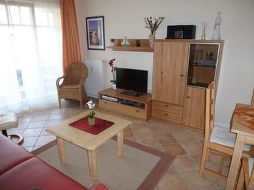 Modernes Board mit 80 cm LED--Fernseher, Blu-Ray-Player und Kompaktmusikanlage im Wohnzimmer
