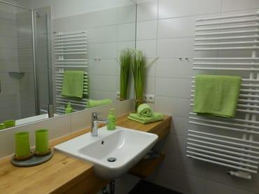 2017 modernisiertes Bad mit großem Spiegel