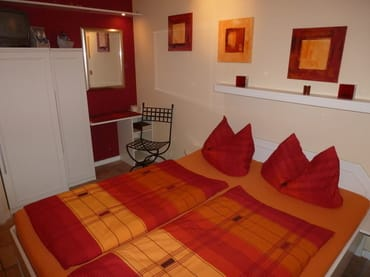 Kleiderschrank und Sitzplatz im Schlafzimmer