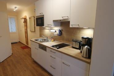 Eingangsflur und Küchenzeile nach Modernisierung 2017