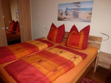 Kleiderschrank und Doppelbetten im Schlafzimmer