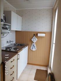 Küchenzeile mit Ausgangstür zur Terrasse