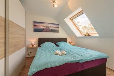 Schlafzimmer mit großzügigen Schrank
