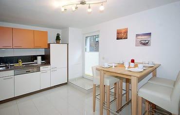 Küchenbereich, Essplatz und Eingangsbereich zur FeWo