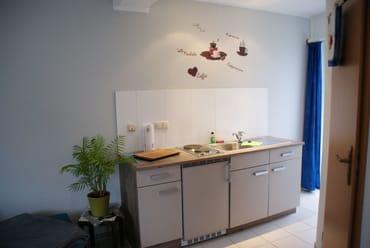 Pantryküche mit Kühlschrank und kleinem Gefrierfach