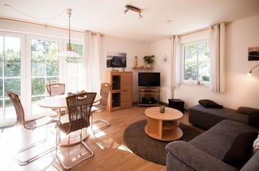 Das gemütliche Wohnzimmer mit einer großzügigen Couch