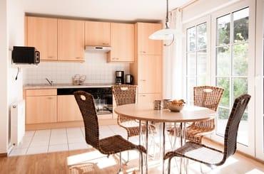 Das Esszimmer und unsere modern eingerichteten Küche mit Blick in den Garten