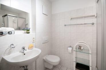 Das Badezimmer mit geräumiger Dusche