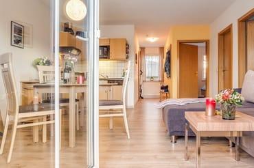 Blick von Terrasse Küche mit Esstisch für 4 Personen
