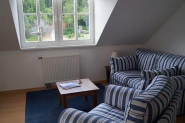 Das Lichtdurchflutete Wohnzimmer mit Gaube und leichten Dachschrägen- sehr gemütlich