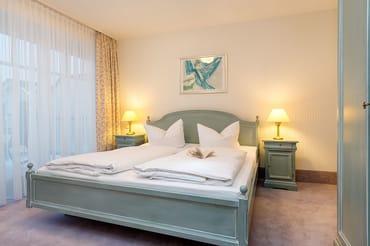 Hier im Bild das große Elternschlafzimmer mit Austritt zum Balkon. Die Wohnung kann mit max 4 Pers. + Kleinkind belegt werden. Ein Reisebettchen kann gemietet werden.