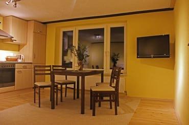 Wohnzimmer, Esszimmertisch, Küchenzeile