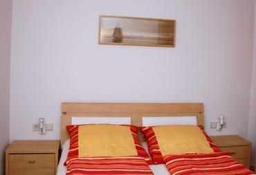Schlafzimmer mit Doppelbett 180x200, Kleiderschrank, Sidebord und Hängeschrank, TV