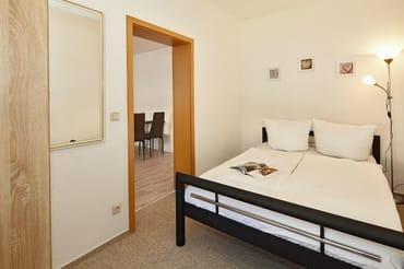 kleineres Schlafzimmer mit Doppelbett 1,40m breit