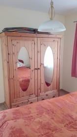 Erstes Schlafzimmer Kleiderschrank
