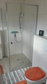 Ebenerdige Dusche und WC
