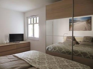 großes Doppelbett mit Leseleuchten und viel Platz für Ihre Sachen